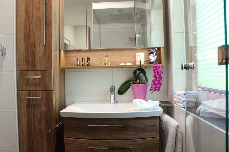 Badezimmer-Dresden, Badmöbel unb Spiegelschrank mit warmen Licht