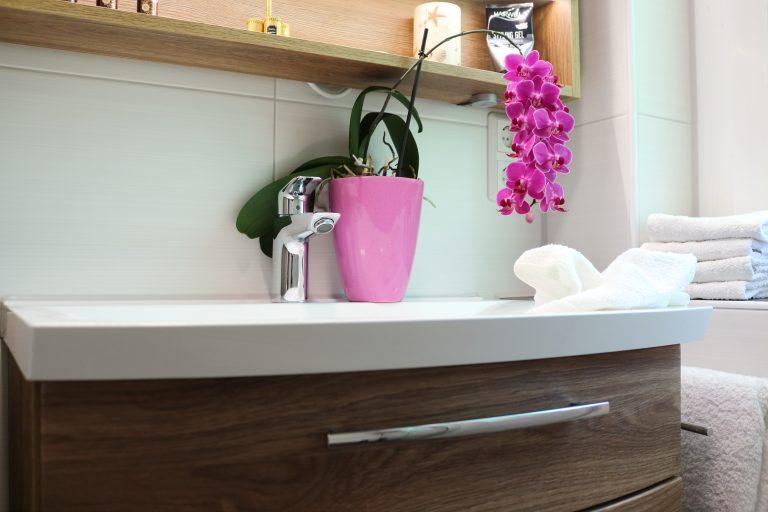 Badezimmer-Dresden, Mineral-Waschtisch weiß mit Badmöbel in Holzoptik
